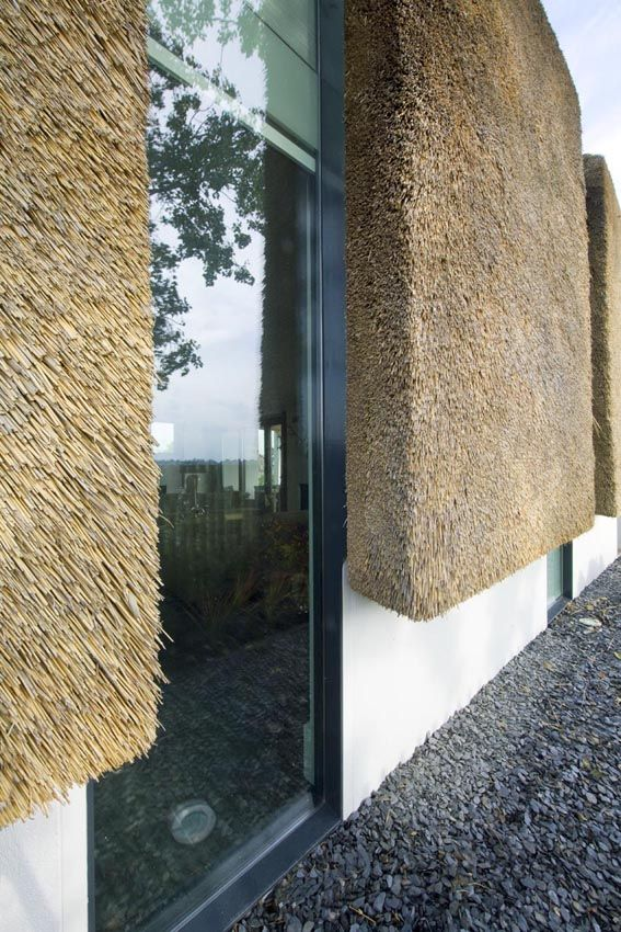 thatched-roof walls, lime walls, glazed openings. Leave it to the Dutch to make haystacks glamorous. Architect Arjen Reas devised a clever solution for a family in need of a house on the edge of Zoetermeer.