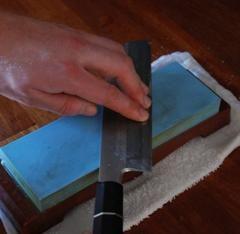Hvis man ønsker at lære det selv, kommer der her løbende information og billedmateriale, der fortæller, hvordan du sliber din kniv på våd-slibesten.