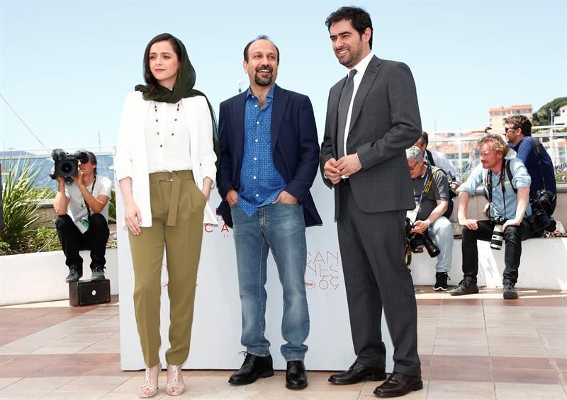 Cannes (France), 21/05/2016.- (L-R) Iranian actress Taraneh Alidoosti, Iranian director Ashgar Farhadi and Iranian actor Shahab Hosseini pose during the photocall for 'Blood Father' at the 69th annual Cannes Film Festival, in Cannes, France, 21 May 2016.