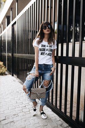 6c241dc30 A meia-calça arrastão vem fazendo sucesso em looks urbanos. Confira formas  inusitadas de usar a peça como uma fashionista.
