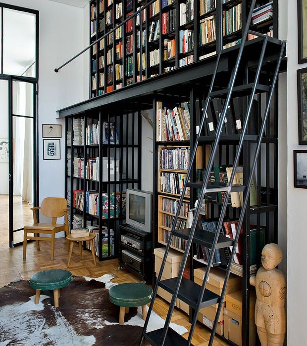Incroyablement moderne, on adore la bibliothèque façon industrielle ...
