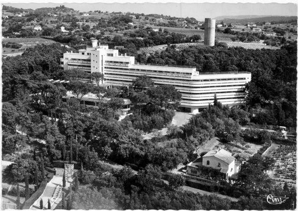 Latitude 43 (1932) Saint Tropez Architecte : Georges-Henri Pingusson. L'édifice est construit en six mois, en béton armé avec des remplissages en briques creuses. Le programme d'origine: un l'hôtel de 110 chambres (dont 90 avec salle de bain), un restaurant (300 places), un complexe sportif avec piscines et courts de tennis, un casino, des commerces et des bâtiments annexes sur une superficie de 6700 m² dans un parc de 7 ha.