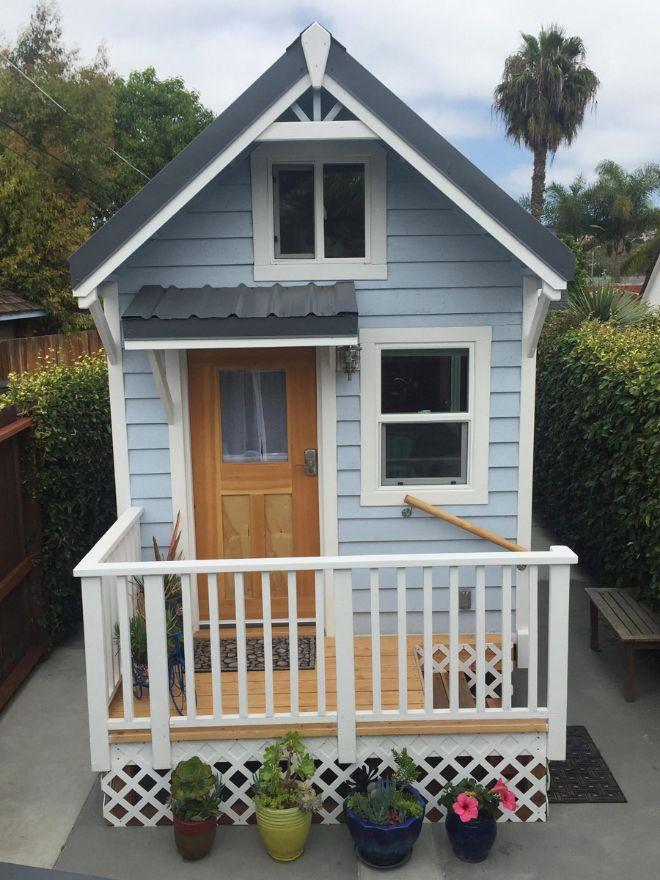 Open The Door Of This 200 Square Foot Home And Marvel At Its Storage Capacity Casas Casas Vagones Planos De Casas 3d