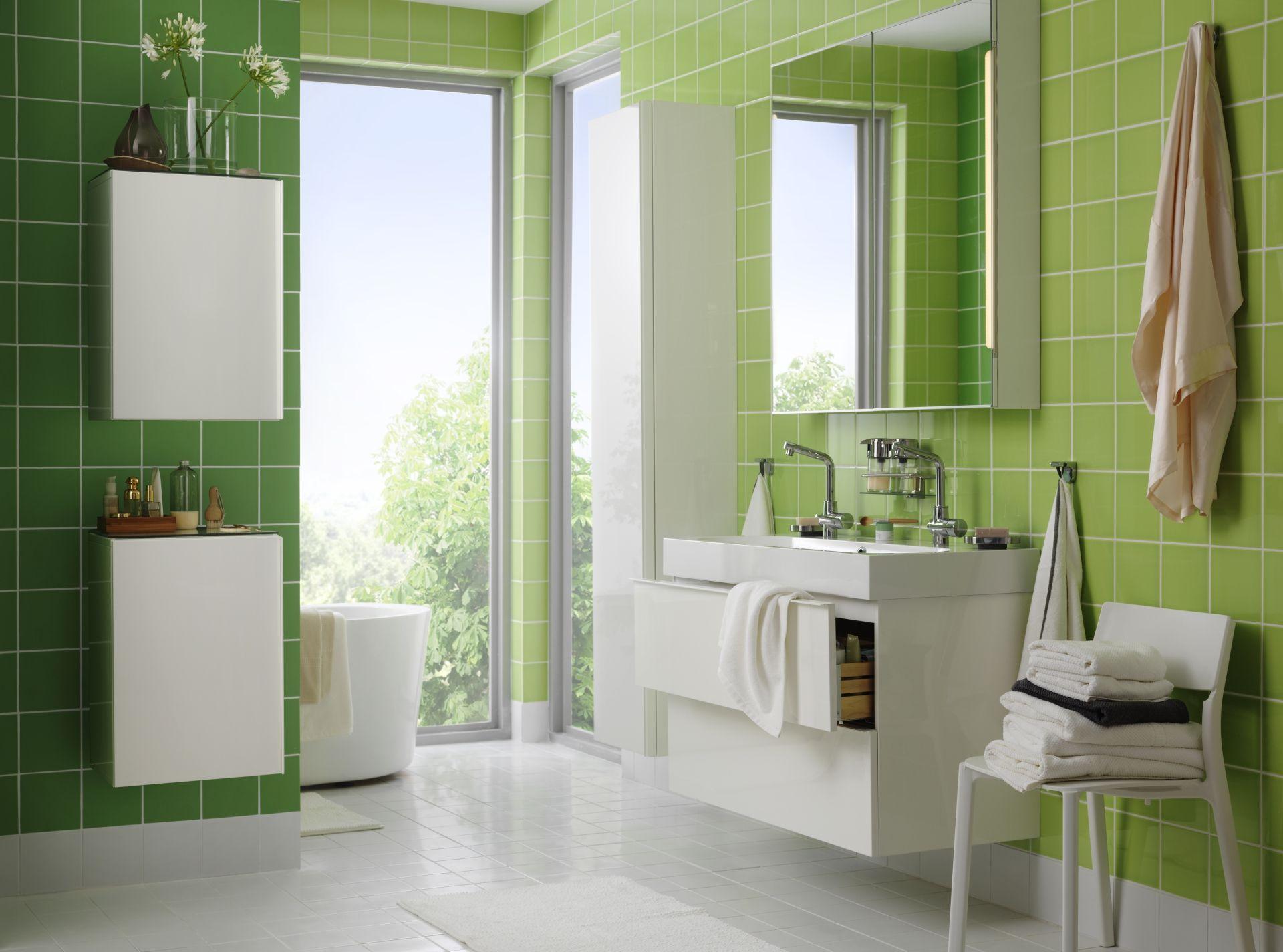 optimisation d 39 espace r ussie dans cette salle de bains o un beau carrelage vert pomme vitamine. Black Bedroom Furniture Sets. Home Design Ideas