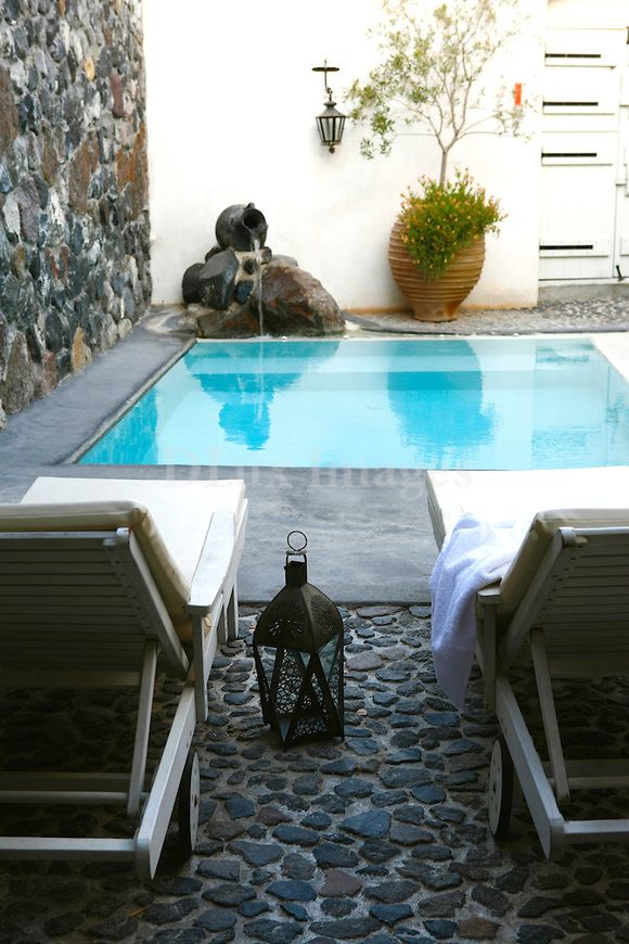 Inspiration deco outdoor : Une mini piscine pour ma terrasse ou mon jardin. Small pool / Terrace pool / Rooftop pool / Via Lejardindeclaire. Greek architect Paul Panagiotopoulos restored this traditional Cycladic cave dwelling in Megalohori, Santorini, and turned it into his own m...