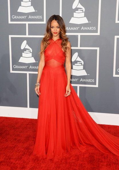 68a60169fac De los Grammy  Rihanna. Espectacular con un vestido rojo de Azzedine Alaia.  Las joyas de Neil Lane.
