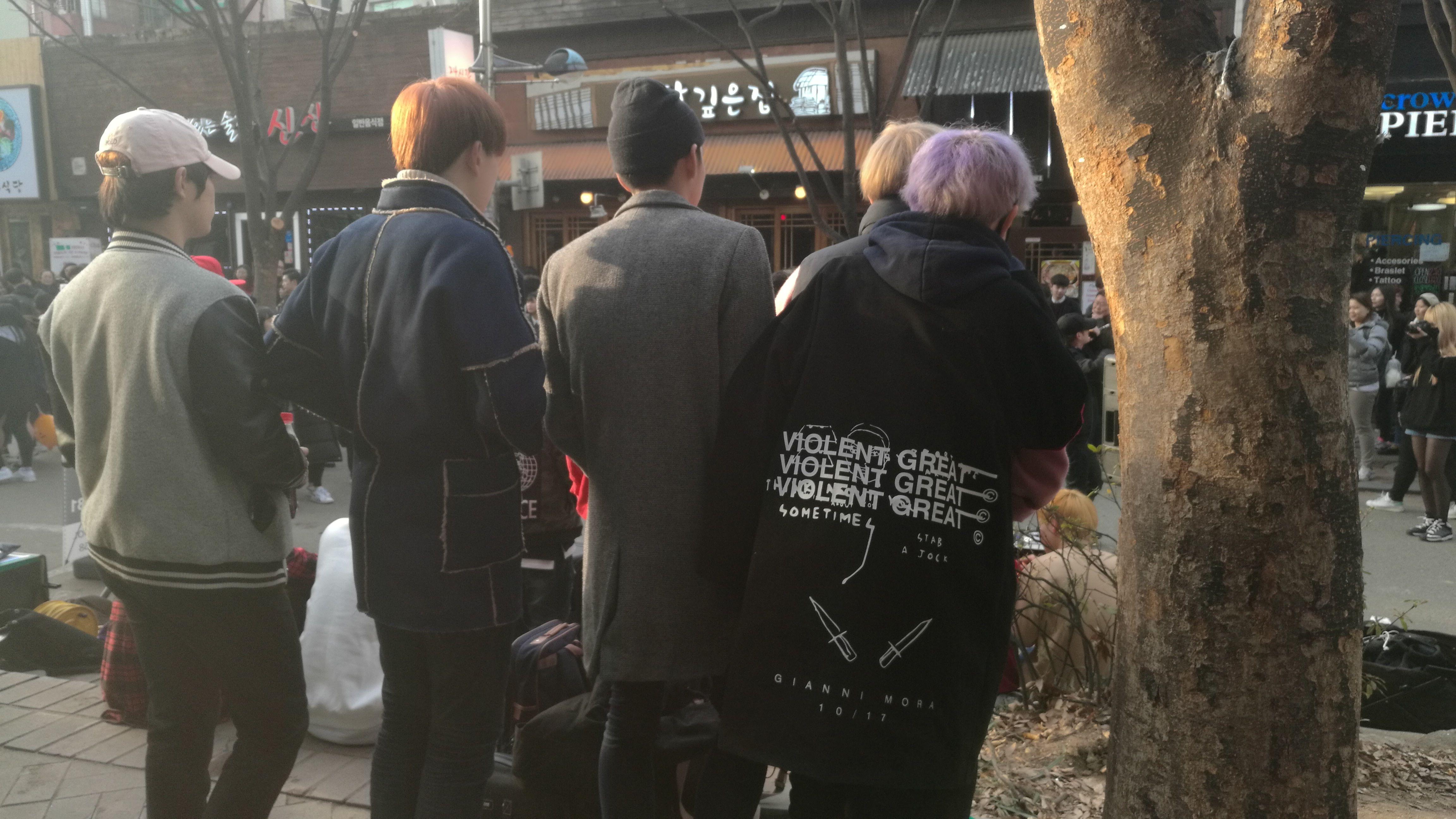Jóvenes coreanos, pelos de colores y ropa ancha
