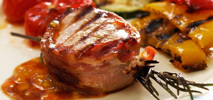 svinemedaljoner med bacon