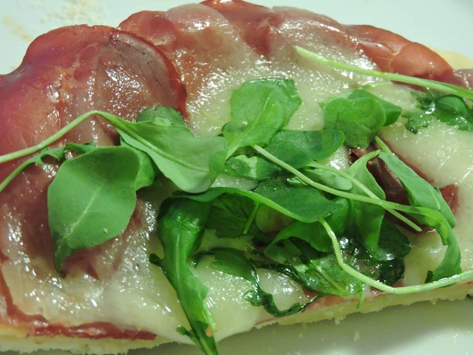 Pizza with fontina cheese, bresaola and rocket (rucola)