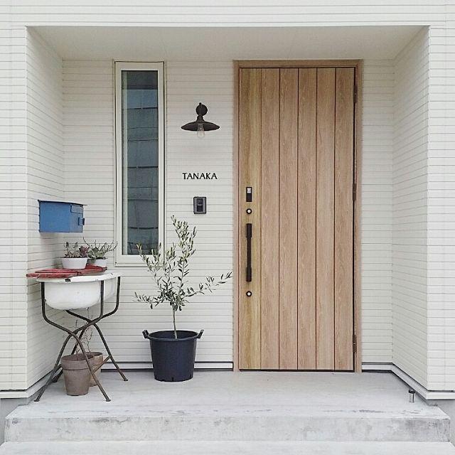 オリーブ 玄関照明 白い壁 白い家 無印良品 植木鉢 などのインテリア