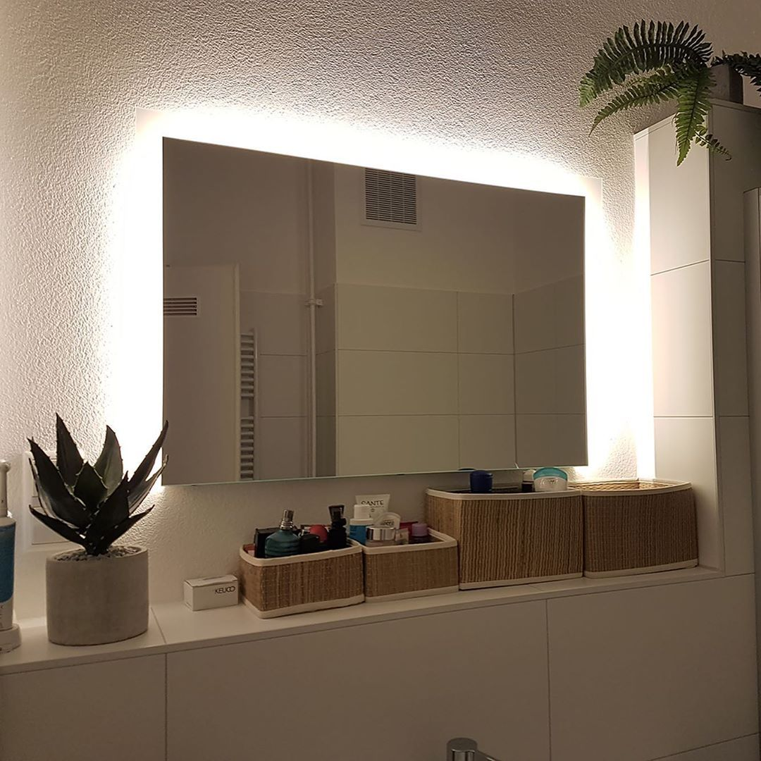 Noemi Links Oben Rechts Design Spiegel Furs Bad Mit Led Beleuchtung Zum Produkt Artikelnummer 2 Bathroom Mirror Lighted Bathroom Mirror Bathroom Lighting