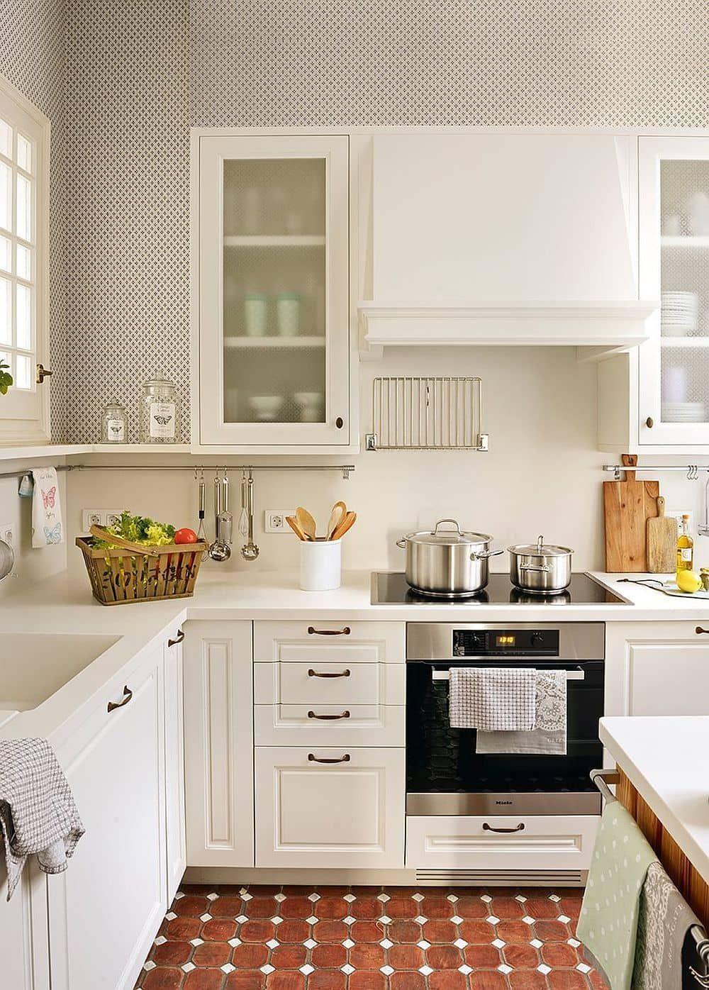 Cocina peque a moderna en color blanco si tu cocina est for Cocinas muy pequenas modernas