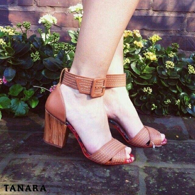 O verão ainda não chegou mas dá para garantir JÁ uma sandália da nova coleção Tanara. Acesse http://ift.tt/1SLG2kZ e procure pela referência N7803