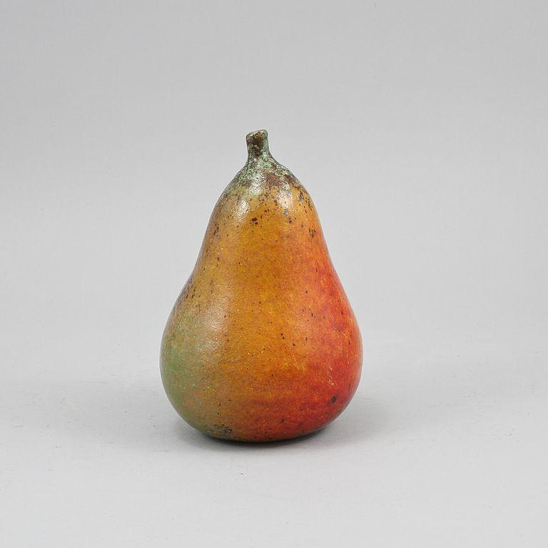 Skulptur, stärkelsefajans, Biot, Frankrike, signerad. I form av päron. Naturalistisk glasyr i rött, organge, gult och grönt. Höjd 21,5 cm.