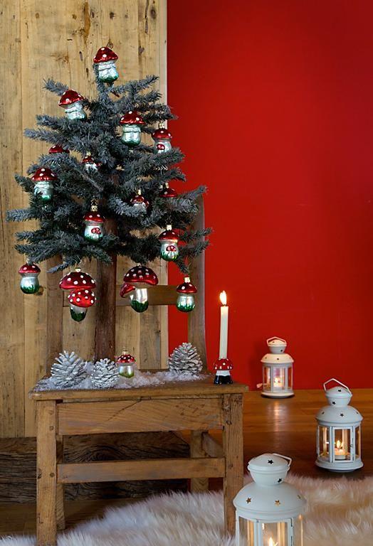 Winterwald-Stimmung mit glitzernden Pilzanhängern und Laternen