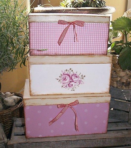 Das süße Schachtel-Set im shabby Look besteht aus drei stabilen rechteckige Pappmaché-Boxen, die ich mit weißer und rosaner Acrylfarbe grundiert, mit