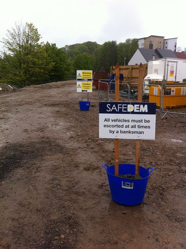 Safedem No vehicles without a Banksman Construction