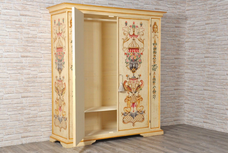 Maestoso e pregiato armadio finemente decorato in stile