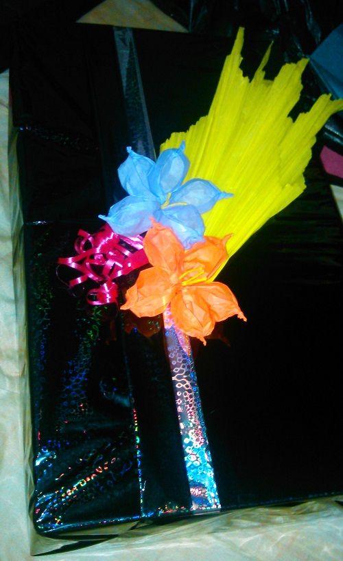 Empaque regalo con flores de papel