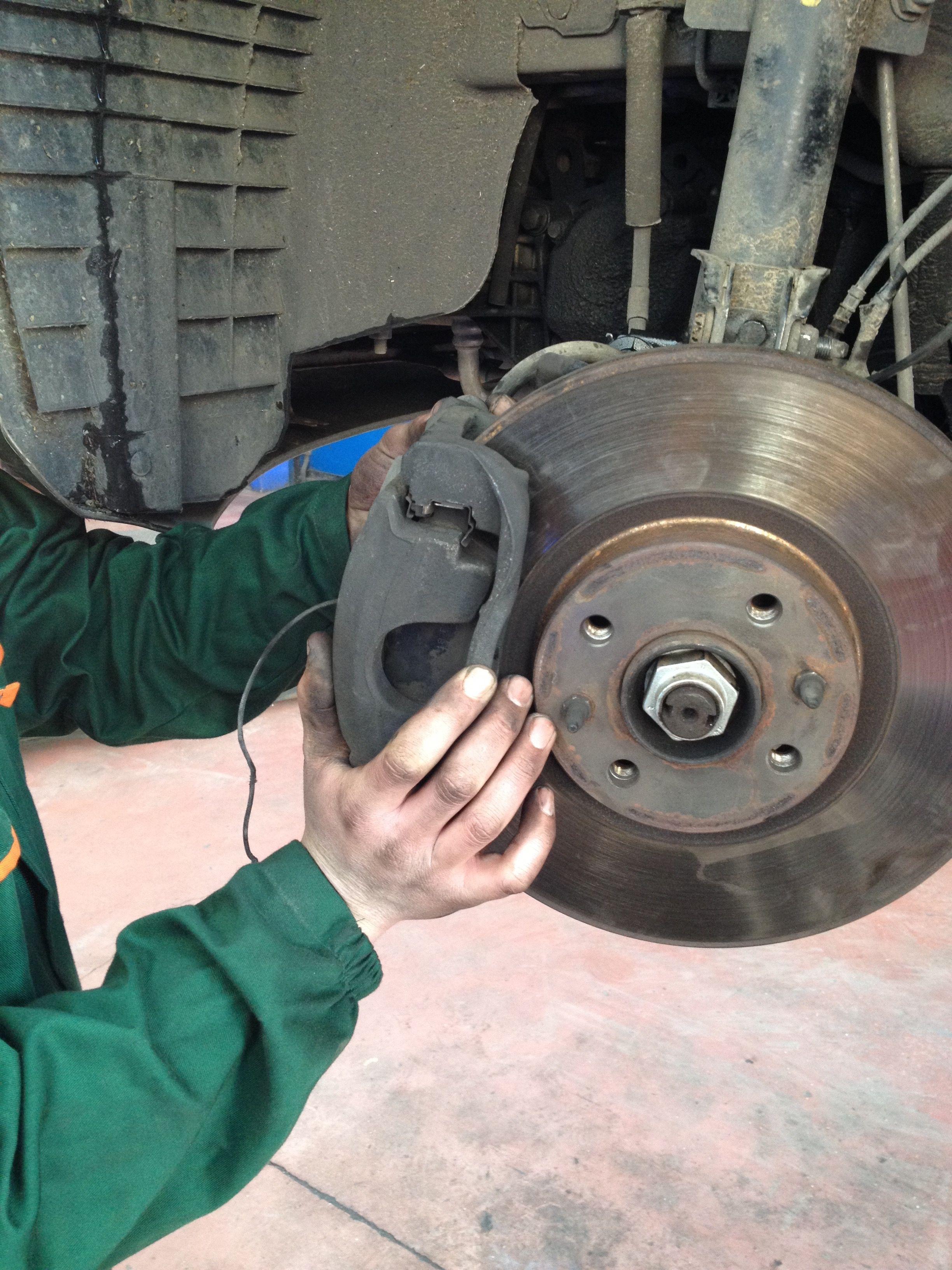 Il freno a disco è un dispositivo il cui scopo è rallentare o fermare la rotazione di una ruota e il mezzo a cui essa è vincolata.  www.autoriparazionidigi.it