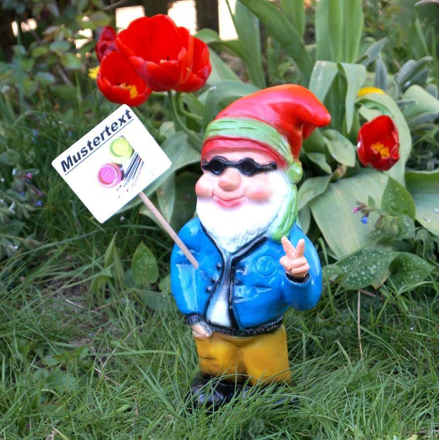 Gartenzwerge haben auch eine eigene Meinung. Aber der Hippie Gartenzwerg muss aber noch überlegen, was er auf sein Schild schreiben will... keep cool ! www.zwergen-power.com