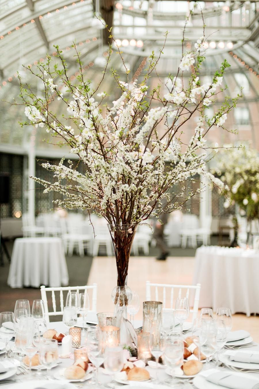Simples e sofisticado! Amei <3 #branch, #cherry-blossoms, #centerpiece  Photography: Photo Pink - photopink.com  Read More: http://www.stylemepretty.com/2014/07/10/botanical-garden-wedding-covered-in-cherry-blossoms/