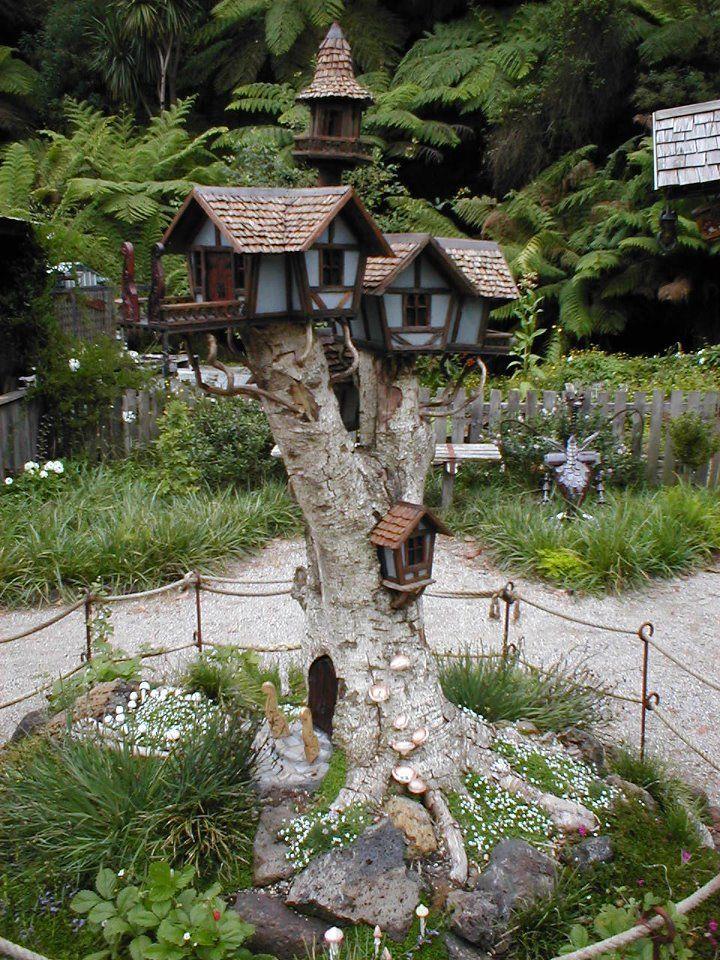 Awesome Set Of Birdhouses Built On A Tall Tree Stump Jardins Em Miniatura Jardim De Fadas Diy Arvores Para Jardim
