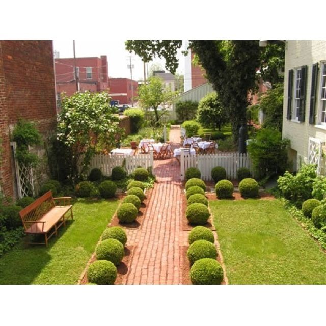 38 Homes That Turned Their Front Lawns Into Beautiful: Miniature Boxwoods Lining Walkway
