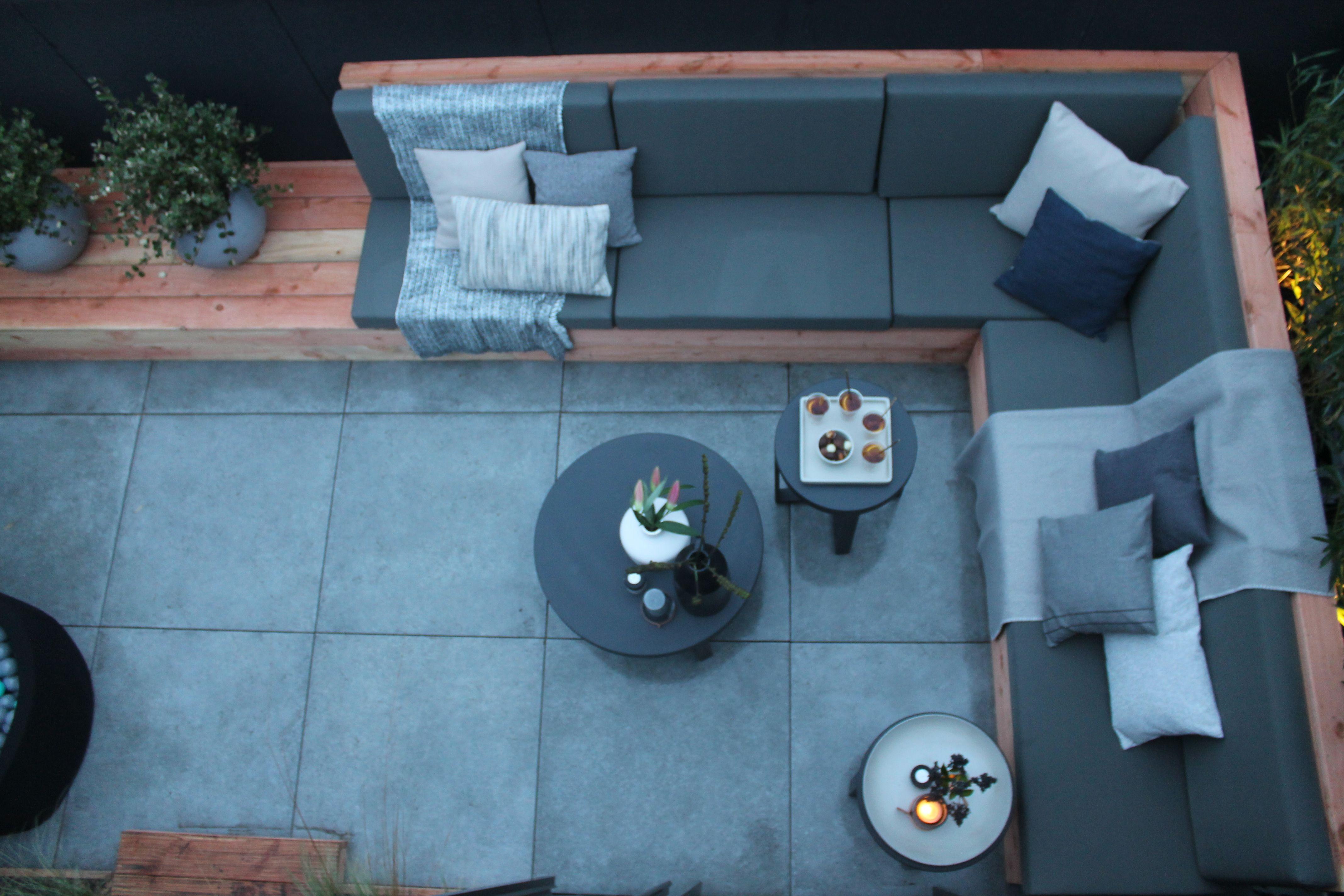 Modern dakterras met een heerlijke grote lounge bank zitkussens