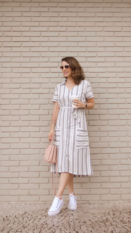 8e3d91edc O vestido mídi de linho listrado, com botões frontais, é um modelo super  queridinho