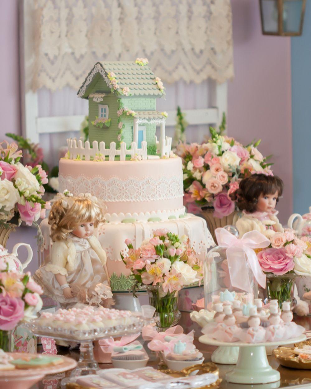 """237 curtidas, 12 comentários - Le Couple Festas (@lecouplefestas) no Instagram: """"Queremos morar nessa casinha! Perfeição de bolo do nosso parceiro @vojovinabuffet, que se supera em…"""""""