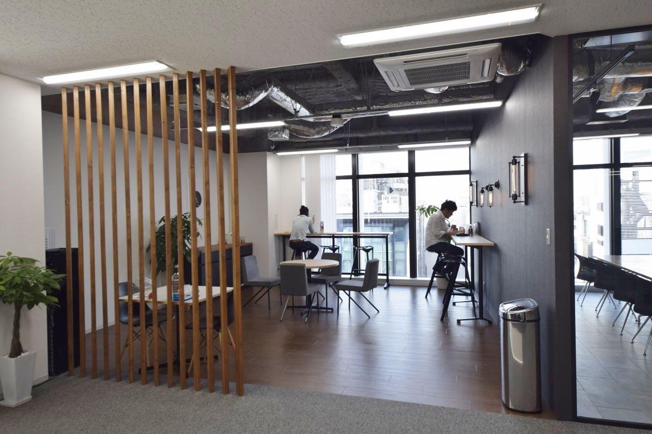Rガラスの美しい曲線 木目とスケルトン天井の開放オフィス オフィスデザイン事例 デザイナーズオフィスのヴィス