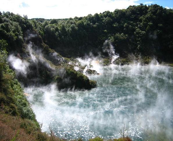 Nueva Zelanda destaca por los increíbles paisajes que ofrece. Uno de ellos es el Valle volcánico de Waimangu, que alberga un sistema hidrotermal provocado por la erupción hace más de un siglo del Monte Tarawera. La zona está repleta de increíbles lagos espectaculares, entre los que destaca el Frying Pan Lake, que es el mayor lago de agua caliente del mundo.