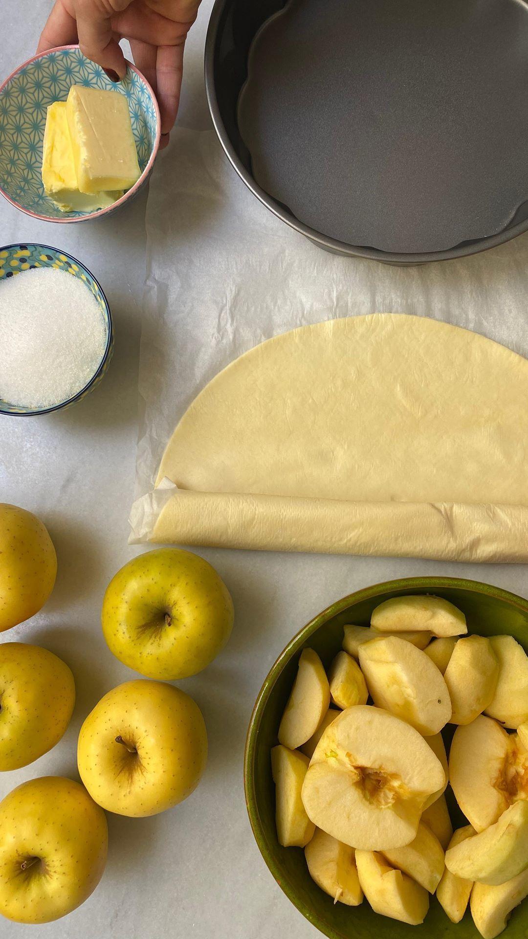 Con Solo Cuatro Ingredientes Puedes Preparar La Tarta Tatin De Samantha Vallejo Nájera Sí Nosotras También Nos Propusimos Dejar De Lado L Food Fruit Samantha