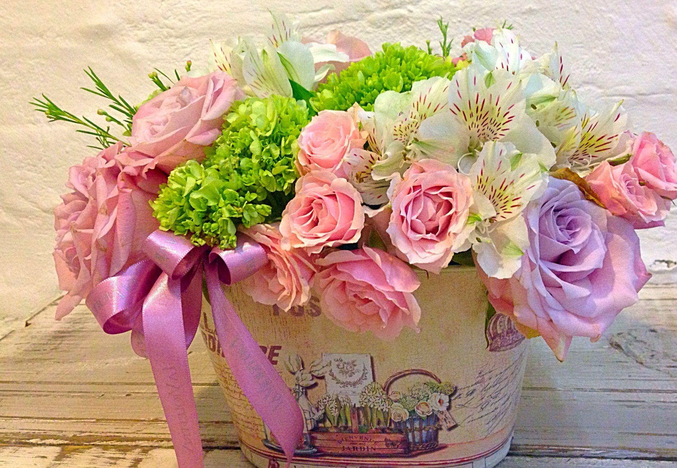 Arreglo Floral En Base Vintage Con Rosas Y Hortensias