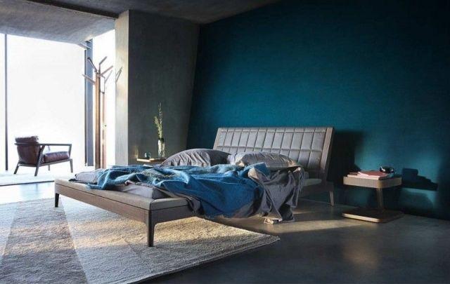 Chambre à coucher masculine avec murs en gris béton et bleu