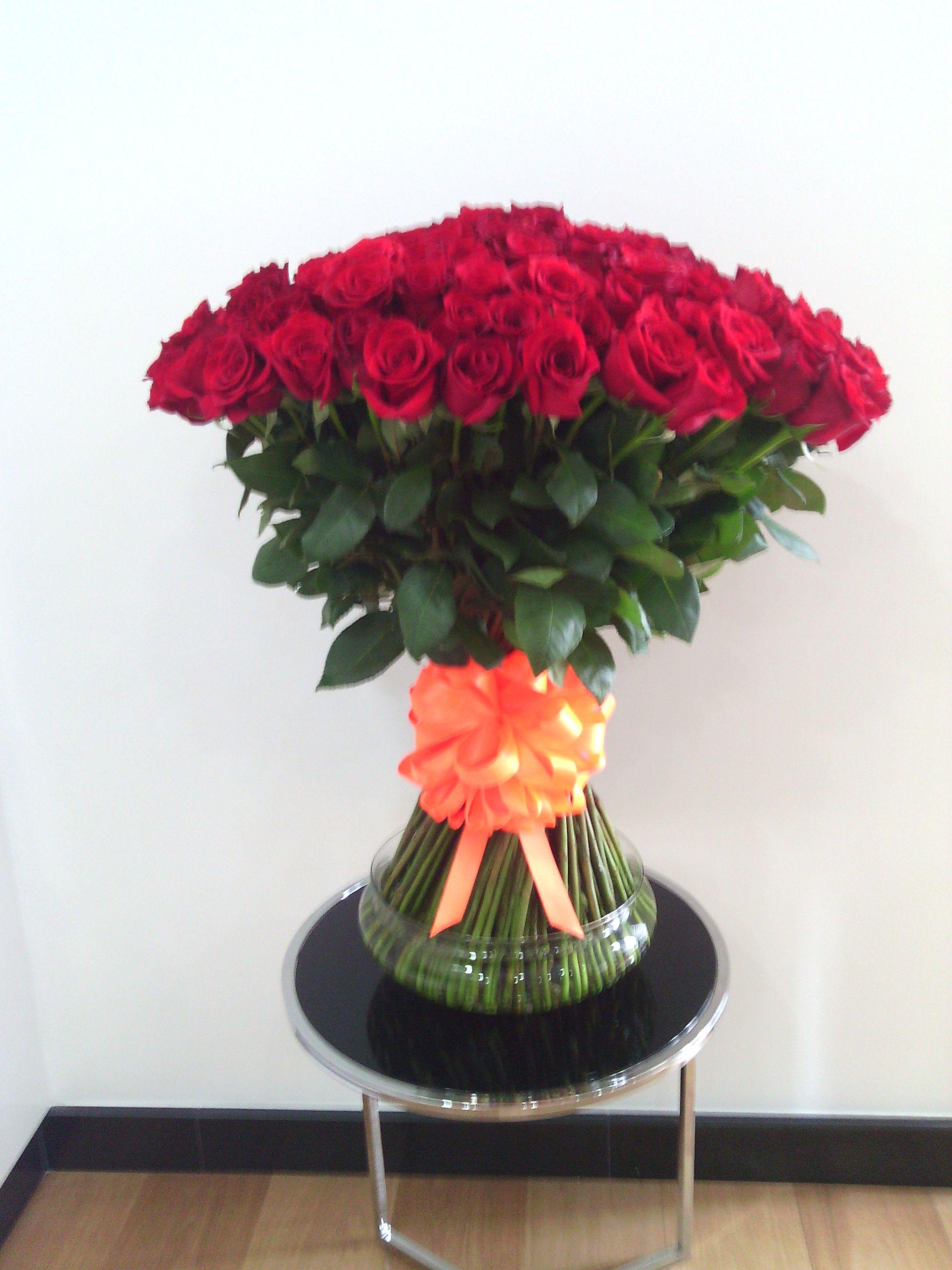 150 rosas en diseño autosontenido decoradas con moño de regalo