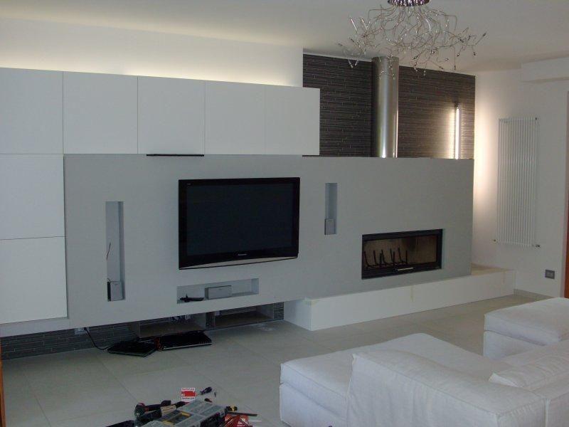 Parete con camino e tv cerca con google idee casa for Parete attrezzata con camino e tv