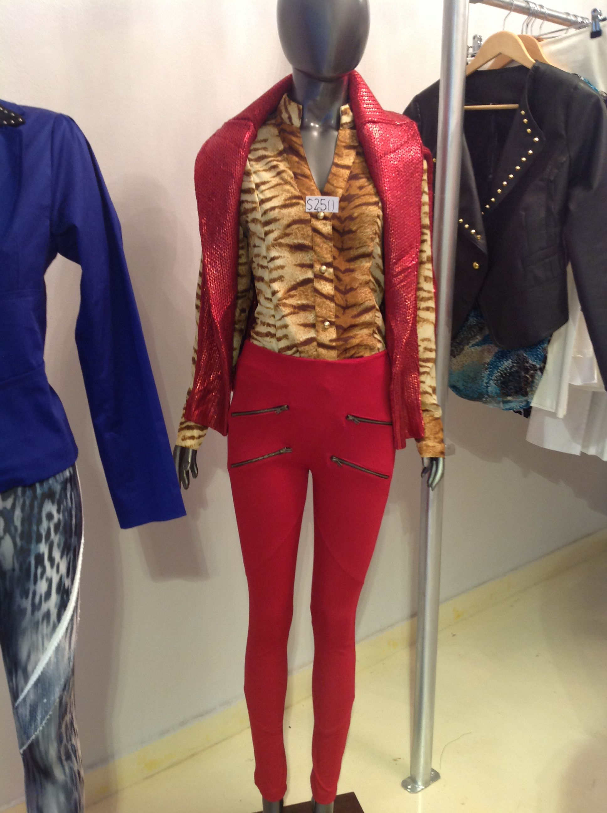 Calza con cierre (Tori Aranguren), camisa. Animal print se seda (Tori Aranguren), sweater engomado varios colores