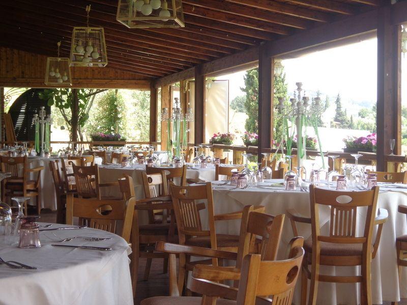Ein wunderbarer Platz mit großem Garten in der Nähe vom San Ruffino - genussvolles Essen und angenehme Weine.