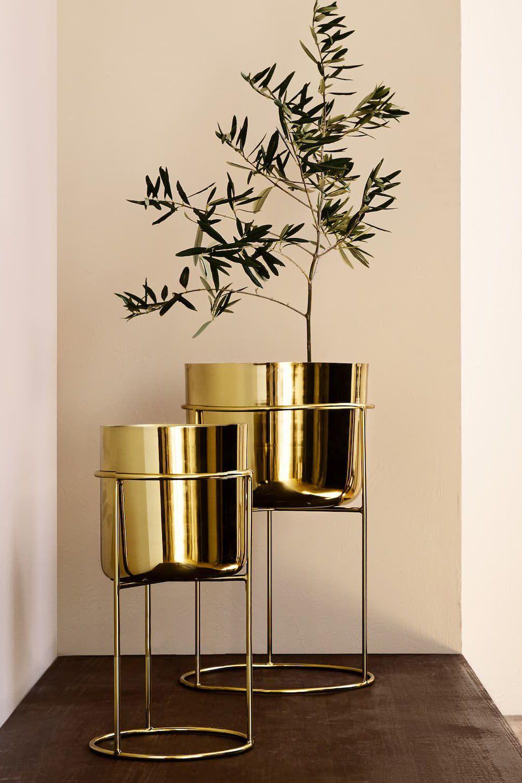 15 Cache Pots Pour Sublimer Vos Plantes En 2020 Pot De Fleurs Decoration Salon Dore Idees De Decor