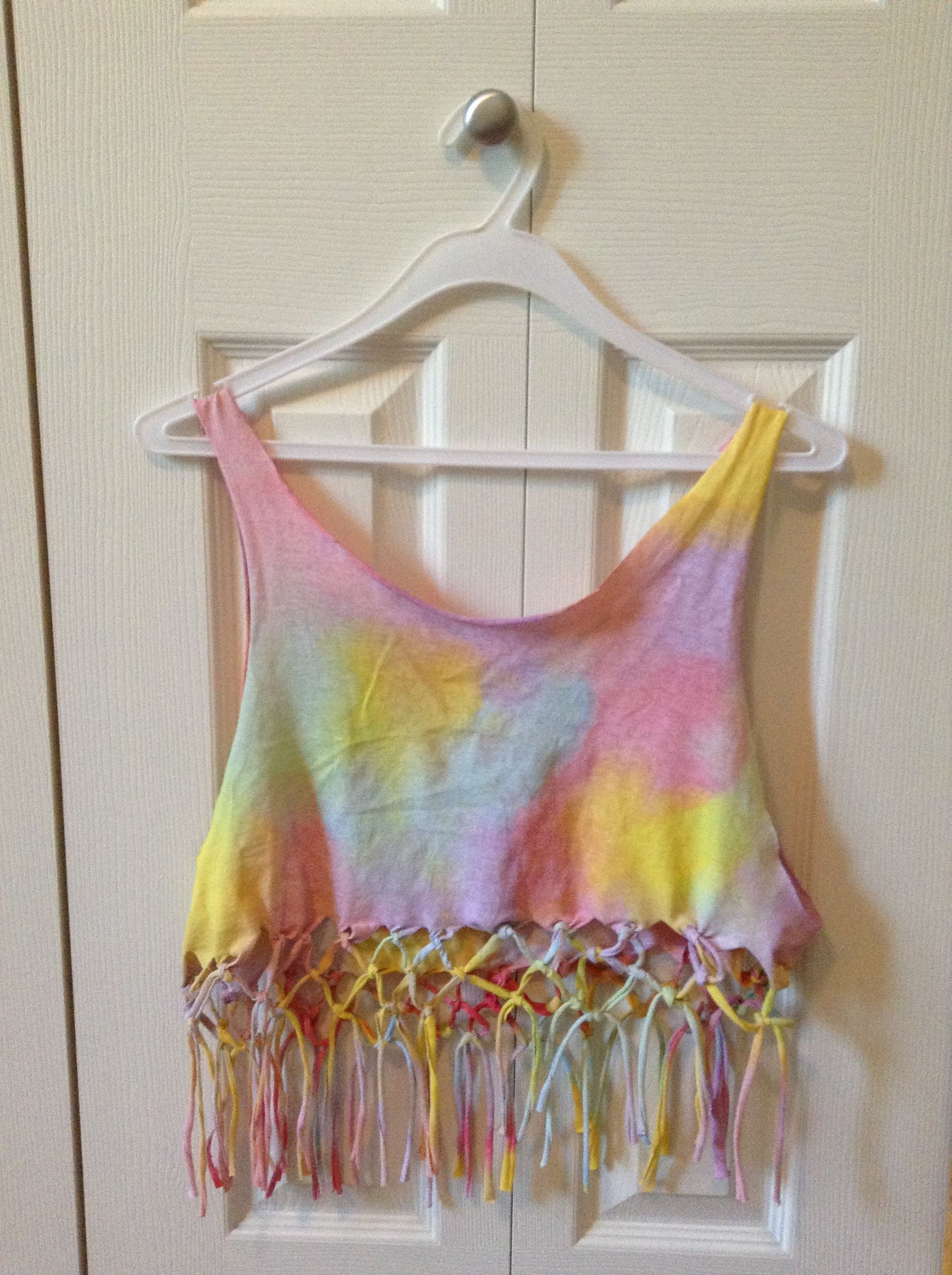 Diy Knotted Fringe Crop Top This Would Be Amazing Inspiration For My Project Rave Outfits Diy Diy Crop Top Diy Fashion