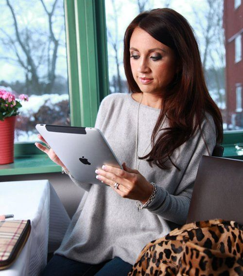Camilla Lackberg con su inseparable iPad  http://pinceladasdeliteratura.blogspot.com.es/2012_10_01_archive.html