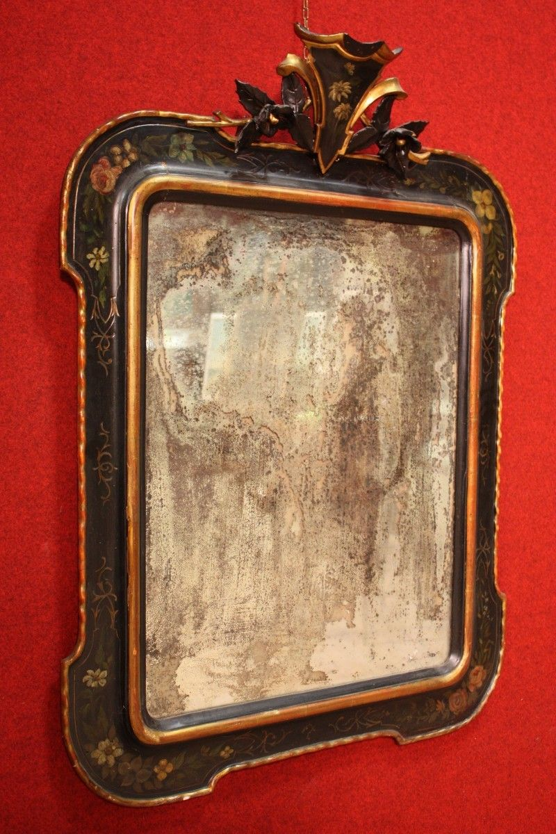 Italian mirror of the nineteenth century, carved, lacquered and painted wood. Visit our website www.parino.it