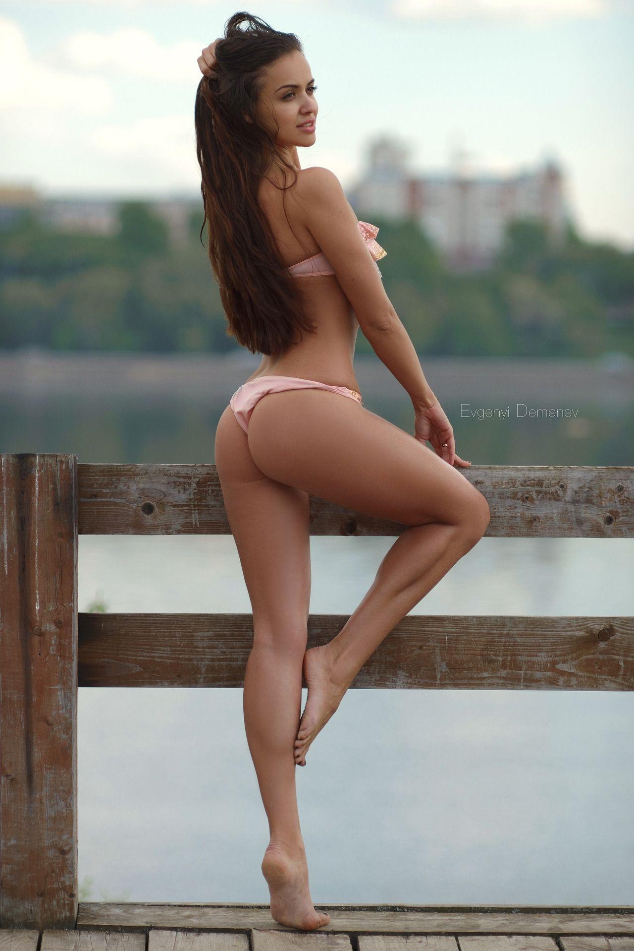 Ножки в красивом белье, девушка в мини юбке подняла ногу