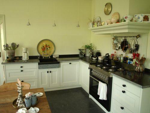 Witte Wasbak Keuken : Witte landelijk klassieke keuken met fornuis houten laden en stenen