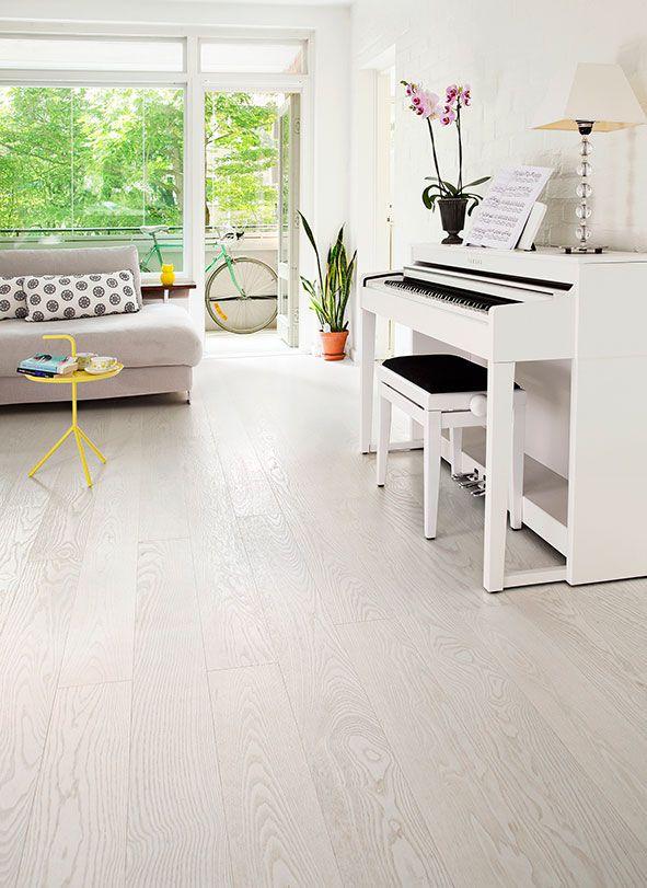 Lakattujen Color Collection -parkettilattioiden kaunis väri syntyy erilaisilla sävytyksillä. Parketin pinta harjataan tai hiotaan, sävytetään ja sen jälkeen tehdään lopullinen pintakäsittely, jolloin pinnasta tulee hyvin kulutusta kestävä. Puuvaihtoehtoina ovat tammi ja saarni. Kuvissa näkyy vain pieni osa lattiaa. Huomaa, että puu on elävä materiaali, jonka värisävyissä ja syykuvioissa on aina luonnollisia vaihteluita. Näytön väriasetuksien vaihtelusta …