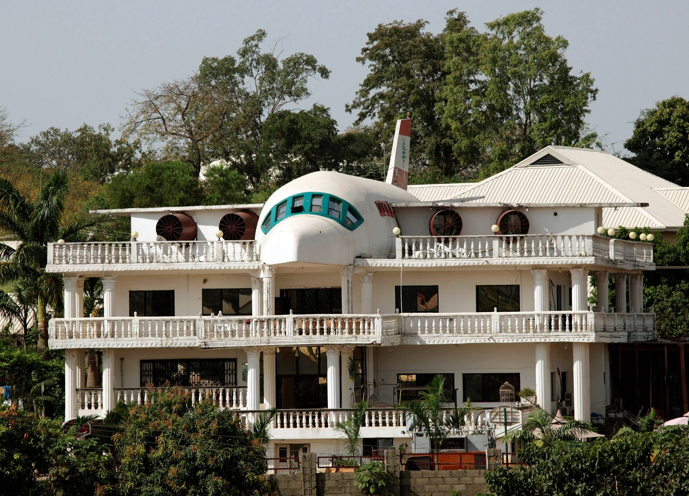 25 Of The Weirdest Houses From Around The World Crazy Houses Unusual Buildings Airplane House