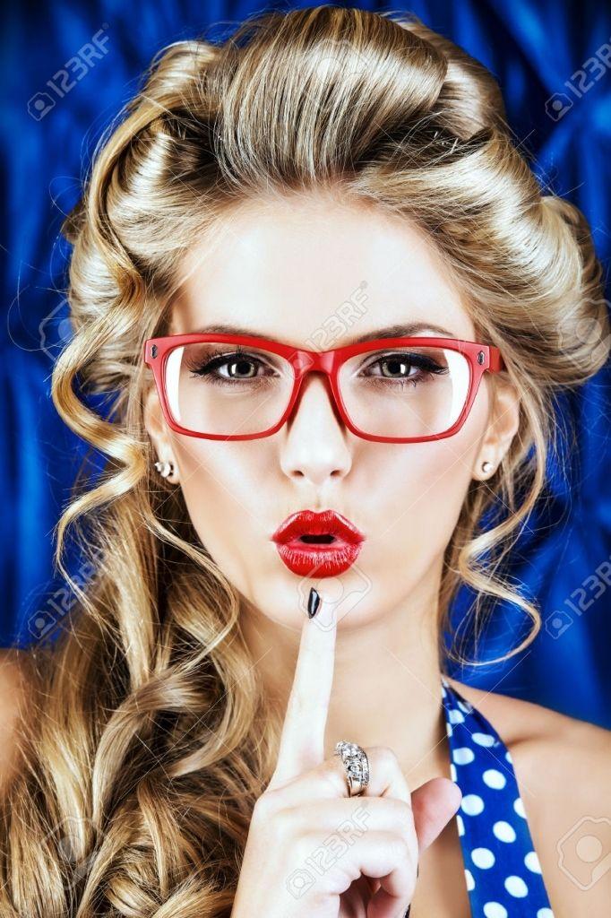 Retrato De Una Mujer Encantadora De Pin Up Con El Peinado Retro Y