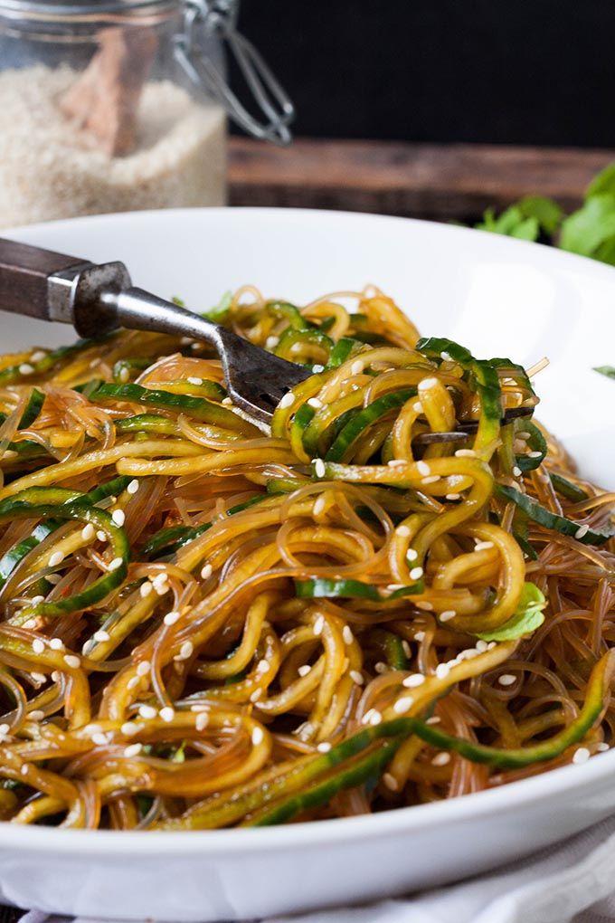 Schneller Glasnudelsalat mit Gurken-Spaghetti, Sesam und Minze. Dieses 10-Minuten Rezept ist schnell, leicht und trotzdem sättigend. Sooo gut - kochkarussell.com #jpg